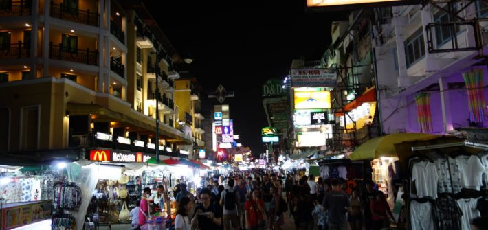 Główna ulica Khao San w Bangkoku nocą