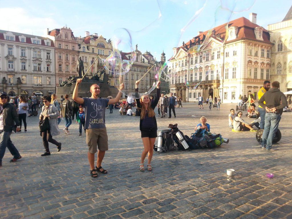 Robimy bańki mydlane w Pradze na rynku