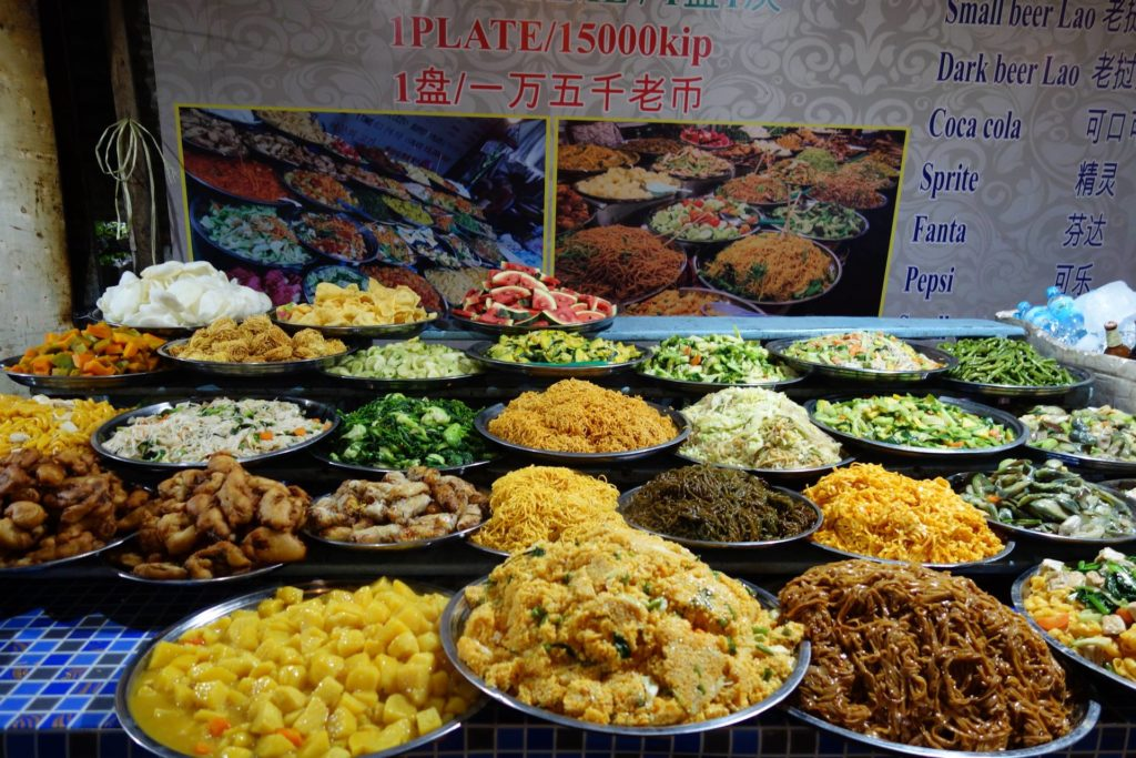 Bufet wegetariański na nocnym markecie w Luang Prabang