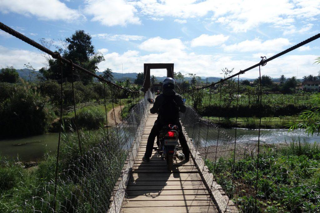 Przejażdżka skuterem po okolicznych wioskach w Laosie