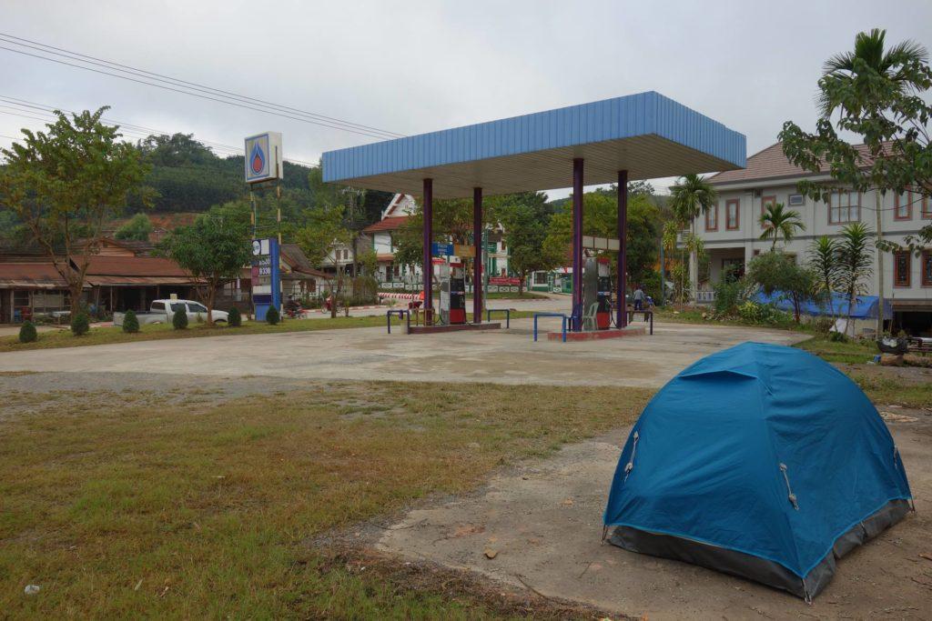 Śpimy w namiocie na jednej ze stacji w Luang Namtha