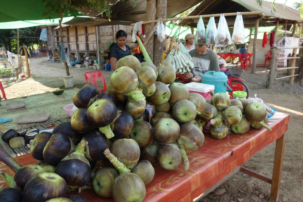 Przydrożny market w Laosie