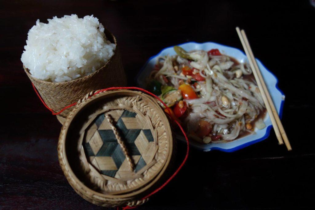 Danie serwowane ze sticky rice