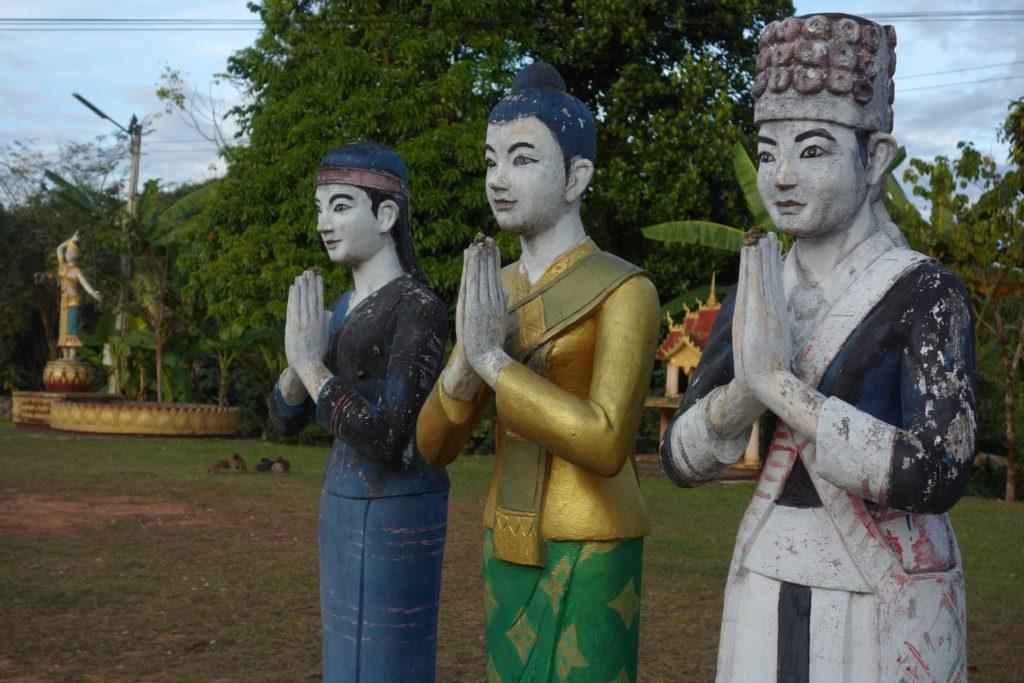 posągi w Luang Namtha przed stupą