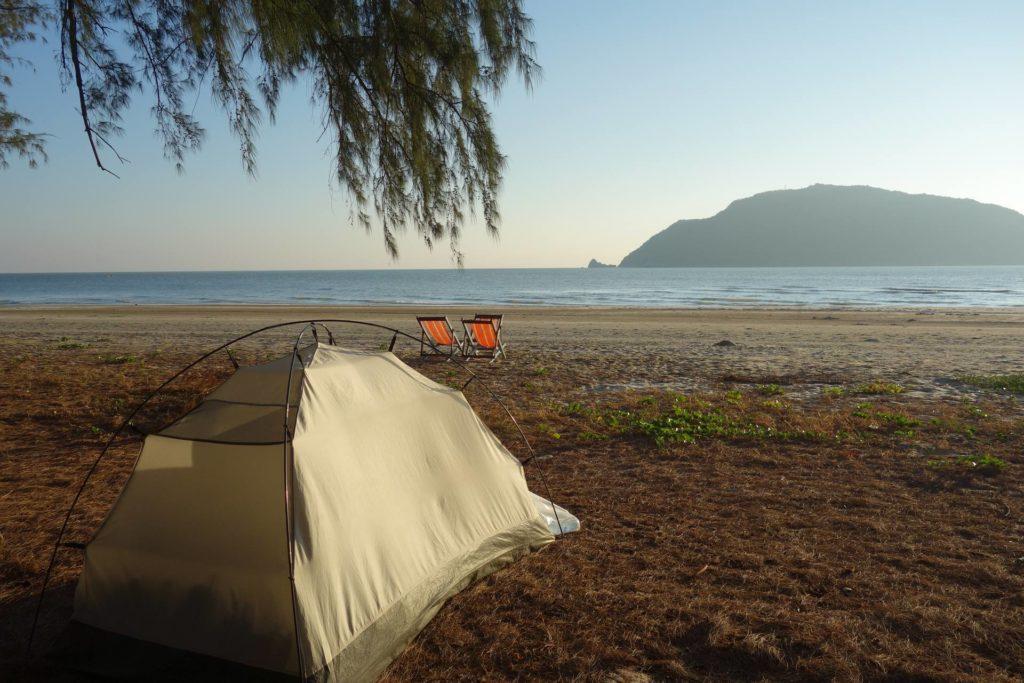 pole namiotowe na plaży laem sala