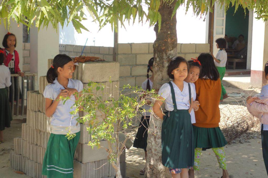 Birmańskie dzieci na przerwie w szkole