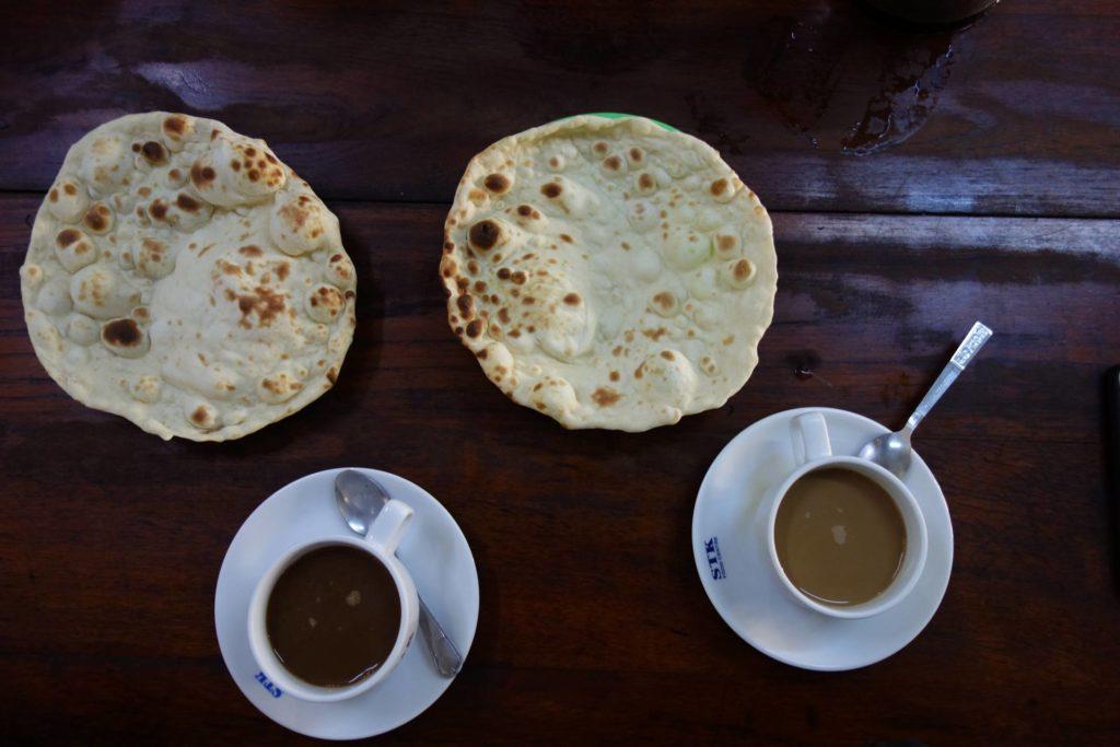 Kawa z parathą, popularne w lokalnych restauracjach