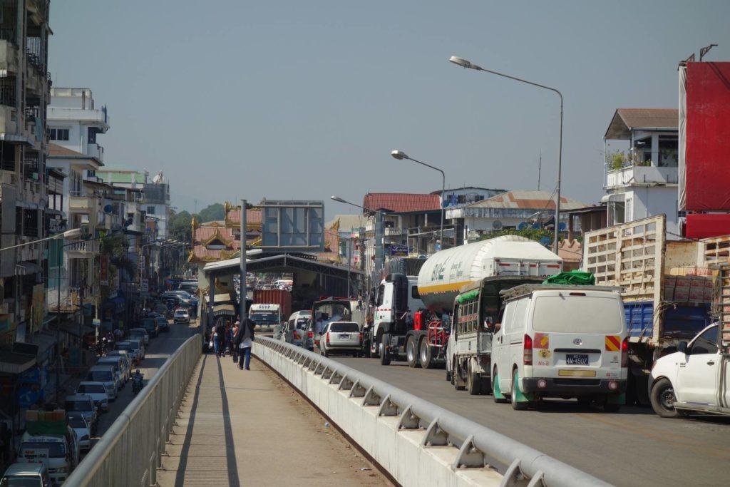 Duży ruch samochodów przy granicy Mae-Sot-Myawaddy
